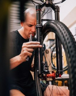 Our mechanics always take great care of your bikes ⚙️🛠 . . . #mechanics #blackandbike #focus #takinggreatcare #rideblackandbike #rideshimano #rockshox #behindthescenes #bikemechanic #mecanique #bicicletta #servicecourse #parktool #tools #cyclingshots #bikeshop #ride_bmc