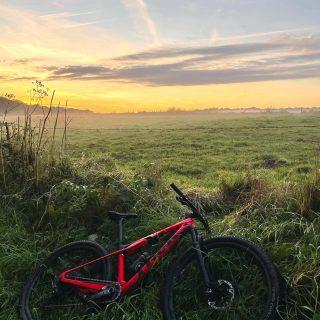 Enjoy the sunset with your Trek Supercaliber 🌅❤️ . . . #blackandbike #sunset #campagne #nature #enjoythemoment #ridebontrager #trekbikes #rideblackandbike #mountainbike #mtb #bikeporn #bikelovers #littlethings #vtt #bikeshop #gerpinnes #srammtb #tacxperience #fiziksaddle