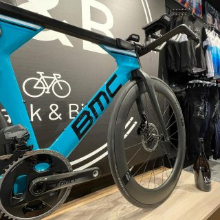 Ready to speed up ? 🔥💨  BMC Timemachine 💙 . . . #amazingbikes #chronobike #timemachine #ride_bmc #rideblackandbike #bikeshop #cycling #triathlon #charleroi #bicicleta #sram #dtswiss #passion #sportslover #bikeporn #readytospeed #gerpinnes #velodechrono #bmcswitzerland #triviocycling #profiledesign